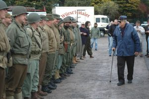Major Baum inspects raid reenactors at the beginning of the route in Nilkheim.